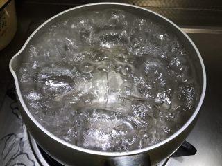 自制草莓果酱,水开后小火继续煮五分钟。