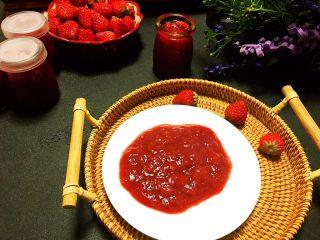 自制草莓果酱,熬好的草莓装瓶,待温度降下来放冰箱冷藏保存。一斤半草莓,100毫升的瓶子大约能装四瓶半左右。