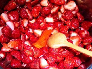 自制草莓果酱,约五分钟后草莓中的水分会渗出。