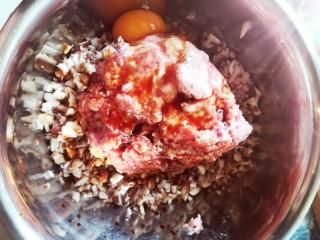 香菇包,拿个大碗把香菇末肉一个鸡蛋盐 花椒油鲜味酱油一起搅拌均匀待用