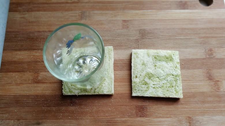 芝士培根三明治,然后用一个玻璃杯底,在中间压出一个圆凹形