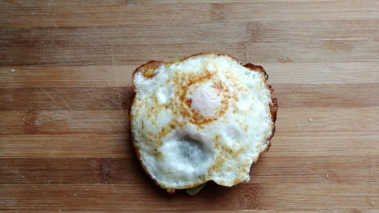芝士培根三明治,煎好的鸡蛋盛出放在吐司上