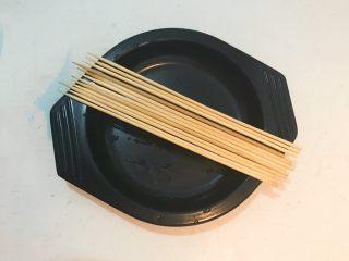 黑椒烤肠,竹签子清洗干净,晾干备用