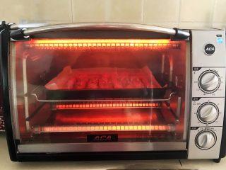 黑椒烤肠,再把烤盘放入烤箱里,上下火200W,烤2分钟即可