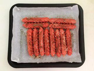 黑椒烤肠,再撒上一层熟白芝麻