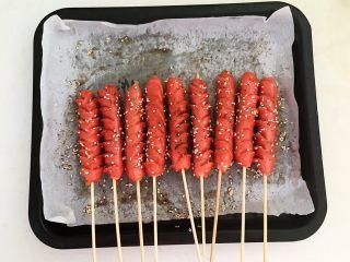 黑椒烤肠,用竹签子把烤肠穿起来