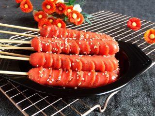 黑椒烤肠,这道黑椒烤肠鲜而不腻,营养健康,肠体颜色美观,组织紧密,口感脆嫩,风味独特,百吃不厌~