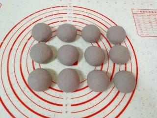 杂粮素菜包,分成大小一致的小剂子滚圆。