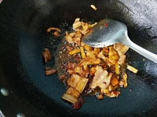 豆角五花肉焖面,放入酱油,料酒。