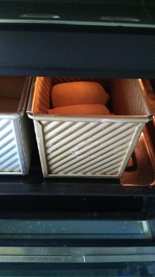 中种北海道吐司,烤箱放一碗热水,调至发酵模式,35度左右,进行二次发酵,发至吐司盒8分满