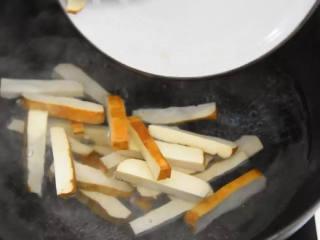 香芹炒豆干—素菜也能吃下两大碗饭,香干焯水,捞出备用。