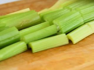 香芹炒豆干—素菜也能吃下两大碗饭,芹菜切段。