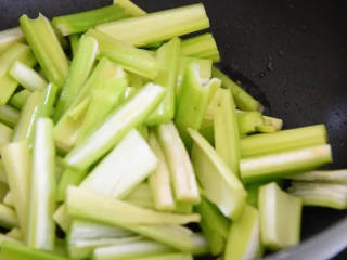 香芹炒豆干—素菜也能吃下两大碗饭,放入芹菜,炒至8分熟。