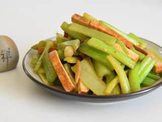 香芹炒豆干—素菜也能吃下两大碗饭,成品:素食也美味!