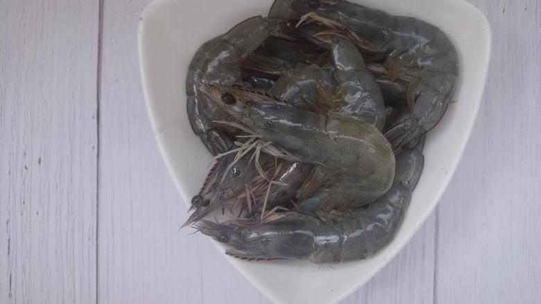 鲜虾砂锅粥,剪掉虾须