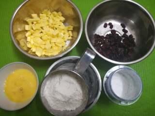 朗姆酒蔓越莓饼干,黄油切小块软化,蔓越莓切碎