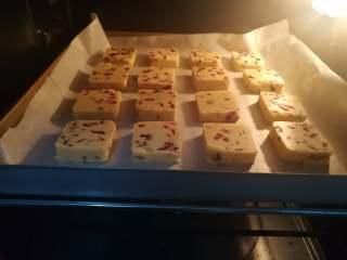 朗姆酒蔓越莓饼干,放入175℃预热的烤箱中层烘烤20min