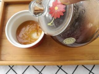夏季茶饮,红枣姜茶之加减,出锅,倒入玻璃滤壶中,稍凉后加入蜂蜜,滋阴润肺。
