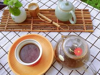 夏季茶饮,红枣姜茶之加减,久煮的姜枣茶,去除了姜的大部分辛辣味,喝一口,枣香甜、姜辛香、绿茶清香,就是这样简简单单的时令食材,滋养呵护我们的机体健康