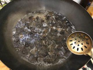 芥末莴笋拌木耳,煮两分钟