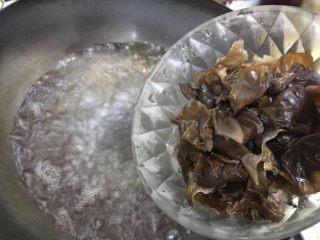 芥末莴笋拌木耳,待水开后下木耳