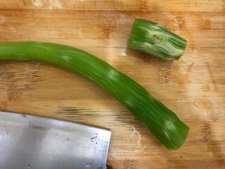 芥末莴笋拌木耳,莴笋去皮,尾部老的一部分不要