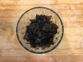 芥末莴笋拌木耳,木耳去蒂,洗净,撕成小朵