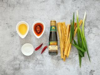葱油腐竹,准备好所需食材