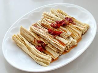 葱油腐竹,最上面放辣椒段