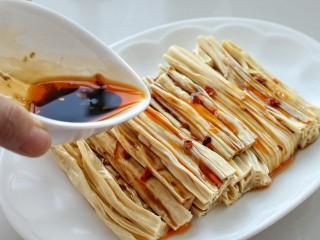 葱油腐竹,淋上刚刚调好的酱汁