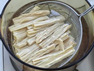 葱油腐竹,将腐竹放入开水中,烫约一分钟捞出过凉水