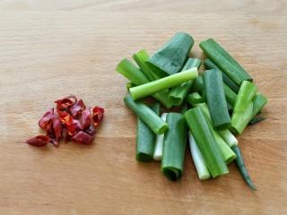 葱油腐竹,小葱切段,红干椒也切成小段