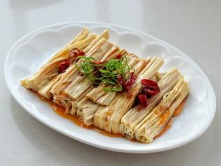 葱油腐竹,将葱油淋到红干椒上榨出香味,放葱丝装饰,吃的时候拌一下就可以了