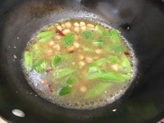 莴笋贝丁,盖上锅盖,转小火,煮2.3分钟