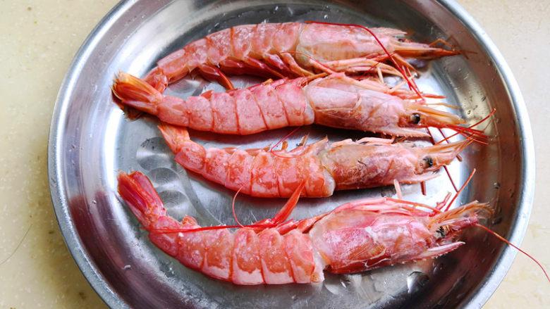 野山蒜煎大虾,这个虾是冷冻的,所以首先把它们解冻,清洗干净,