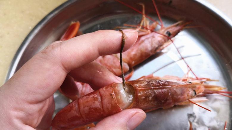 野山蒜煎大虾,在<a style='color:red;display:inline-block;' href='/shicai/ 296'>大虾</a>头后面有一个膜,把它弄开能看到虾线,用牙签把沙线弄出来,
