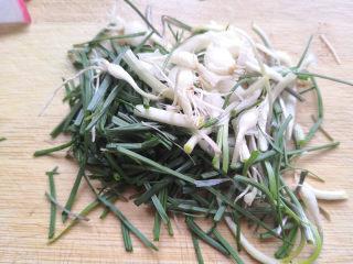 野山蒜煎大虾,切成小段,