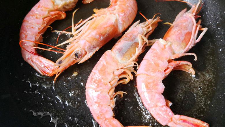 野山蒜煎大虾,煎一会儿再翻面继续煎,