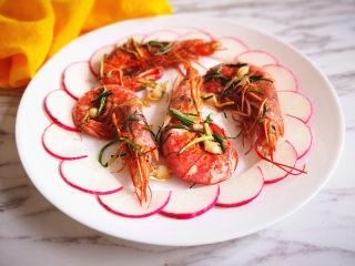 野山蒜煎大虾,水萝卜片摆在盘子边缘一圈,