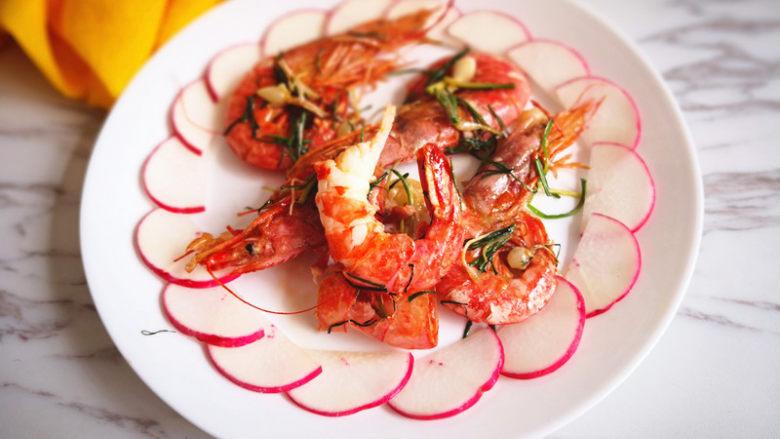 野山蒜煎大虾,中间放上大虾,上桌啦。