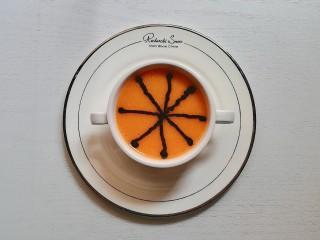 胡萝卜米粥糊,用保鲜袋装少许黑芝麻核桃酱,剪个小口,挤出来8条对角的细线