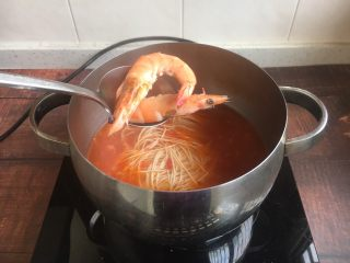 #了不起的小番茄# 番茄鲜虾蔬菜鸡蛋挂面汤(早餐),放入煮熟的虾。