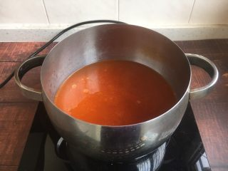 #了不起的小番茄# 番茄鲜虾蔬菜鸡蛋挂面汤(早餐),放入适量的水煮开。
