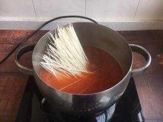 #了不起的小番茄# 番茄鲜虾蔬菜鸡蛋挂面汤(早餐),放入挂面,煮10秒。 煮挂面的时间请参考产品说明书,