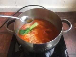 #了不起的小番茄# 番茄鲜虾蔬菜鸡蛋挂面汤(早餐),放入2滴香油。