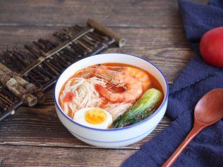 #了不起的小番茄# 番茄鲜虾蔬菜鸡蛋挂面汤(早餐),将番茄挂面汤盛出来,放入煮熟的鸡蛋即可。