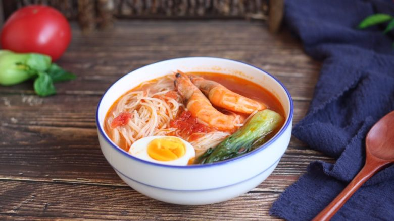 #了不起的小番茄# 番茄鲜虾蔬菜鸡蛋挂面汤(早餐)