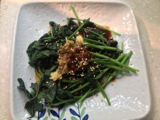 凉拌红薯叶,最后撒上白芝麻即可食用。