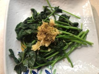 凉拌红薯叶,撒上花椒粉。