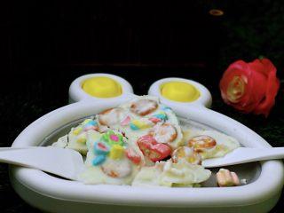 饼干棉花糖炒酸奶,看见酸奶凝固到冰块状态时候,就可以用炒冰的铲子,把酸奶切成块状,然后就可以装到自己喜欢的碗和杯子里了,嘻嘻,是不是做法超级简单哟